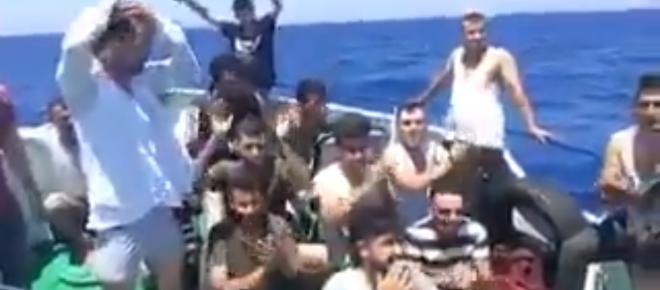 Tak się bawią biedni i wyczerpani uchodźcy na Morzu Śródziemnym [WIDEO]