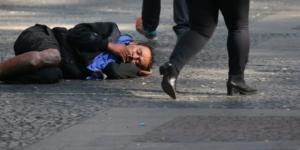 Moradores de rua são acordados com água fria em São Paulo