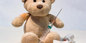 Copyright Myriams -fotos: scena che richiama la vaccinazione infantile.