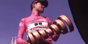 Tom Dumoulin con il trofeo del Giro d'Italia.