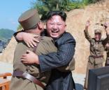 Kim Jong-un si complimenta con i suoi ufficiali; secondo la CNN, la Corea del Nord ha in progetto un nuovo lancio