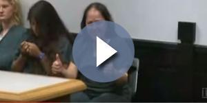 Ao se apresentar no tribunal no dia seguinte aos assassinatos, mulher sorriu e disse acreditar em Deus (CBS News)