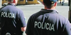 Dois agentes da PSP atirados contra uma parede com violência durante uma detenção.