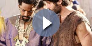 Asher passa a ser escravo de Aksumai na novela (Foto: Reprodução/Record TV)