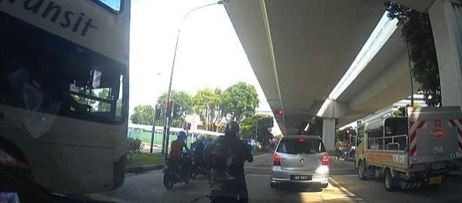 Vídeo mostra momento que ônibus avança o sinal e passa por cima de motociclistas