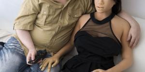 Homem trata boneca como sua mulher (Foto: Reprodução)