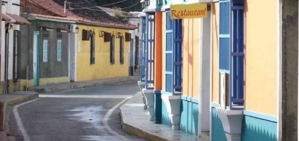 Las casas del pueblo aún conservan su estructura originaria y los colores se mantienen vivos