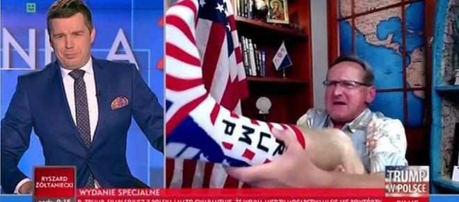 Wojciech Cejrowski pokazuje na wizji spocone skarpety z Trumpem [WIDEO]