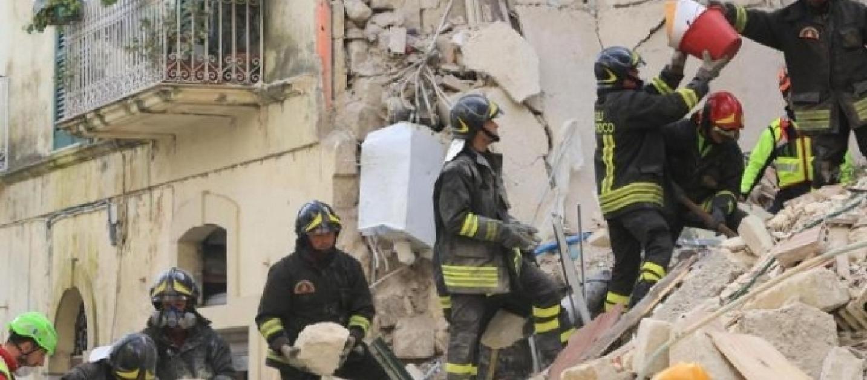 A torre annunziata crolla un edificio di 4 piani 7 dispersi for Piani di cabina della torre di fuoco