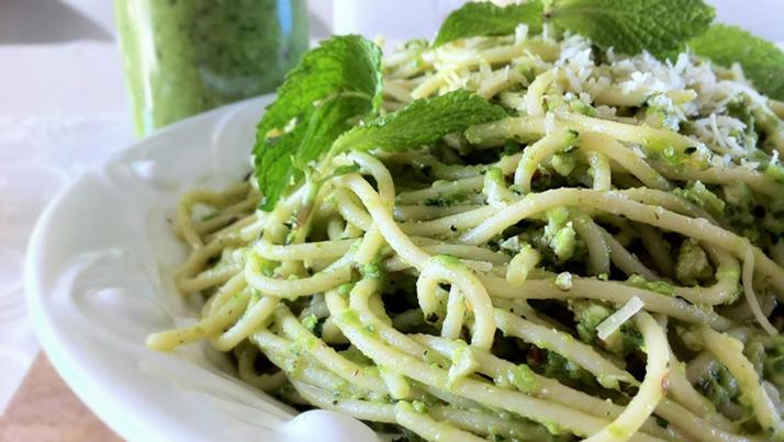 Una ricetta semplice ma originale: spaghetti con pesto di menta e pomodorini pachino saltati.