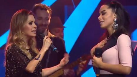 Anitta ignora presença de Sandy no palco e cria polêmica na internet