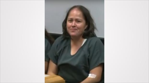 Após matar os quatro filhos e o marido, mulher sorri no tribunal